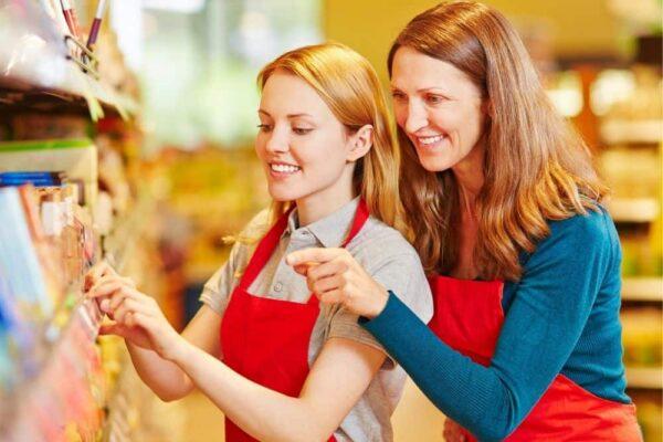 Abbildung: Ausbilderin und Auszubildende im Supermarkt