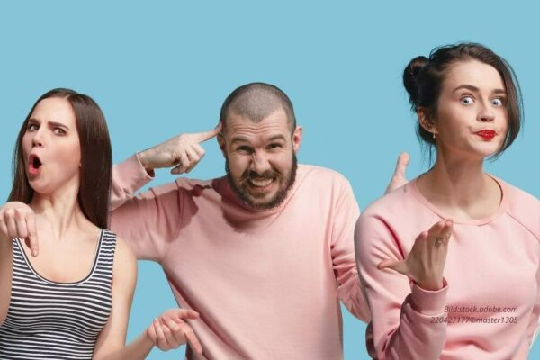 Abbildung: Drei Personen mit ärgerlichem Gesicht
