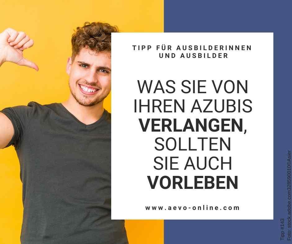 Abbildung: Junger Mann vor gelbem Hintergrund
